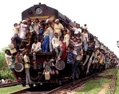 أشياء لا نراها كل يوم overloaded_train.jpg